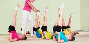 Dziewczynki ćwiczące na wf-ie. Świeca