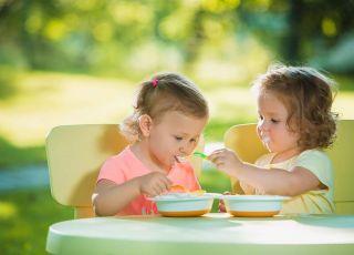 Dziewczynki jedzą podwieczorek