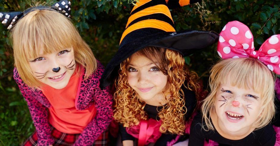 dziewczynki przebrane i ubrane na halloween