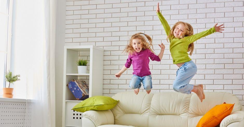 Dziewczynki skaczą po łóżku, dzieci, dziewczynki, radość, emocje, nadpobudliwość