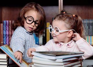 dziewczynki w bibliotece