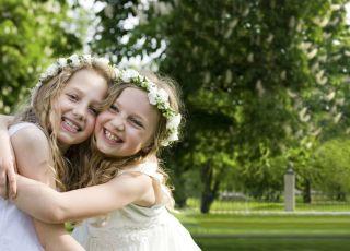 dziewczynki w komunijnych sukienkach