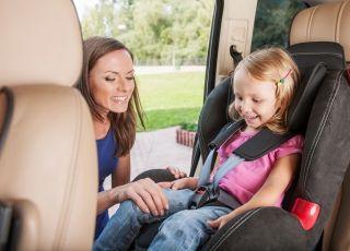 fotelik samochodowy, dziecko w samochodzie, bezpieczeństwo na drodze, podróże