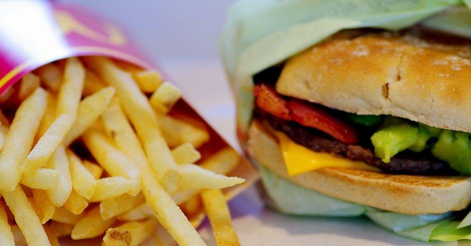 Frytki i hamburger, śmieciowe jedzenie, fast food