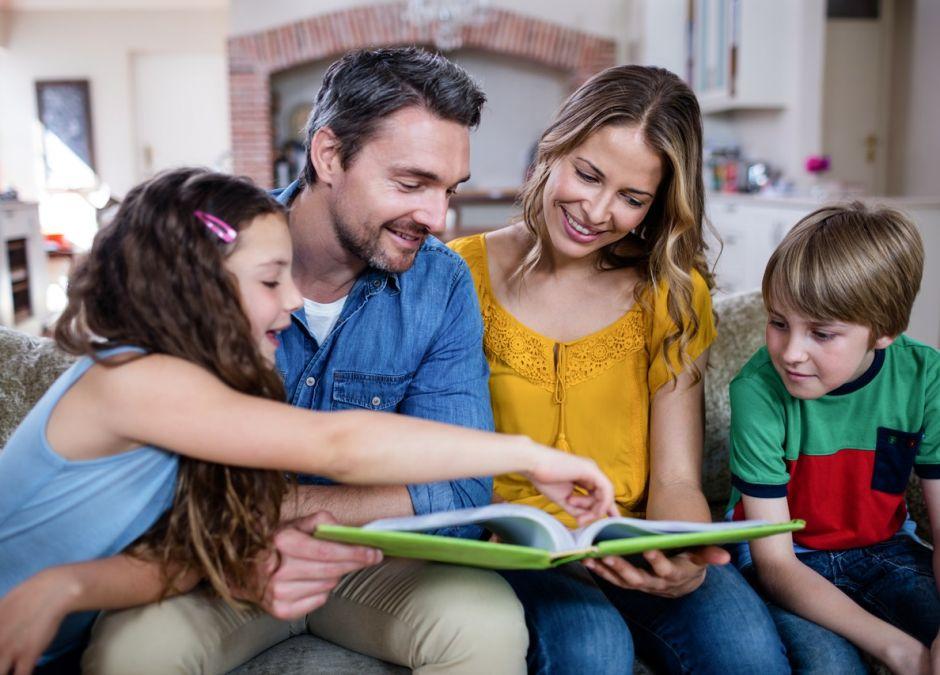 FUJI otwarciowe - rodzina ogląda zdjęcia