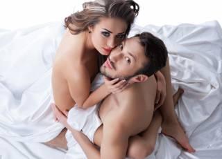 gra wstępna, para w łóżku