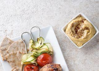 grillowany szaszłyk z indykiem, warzywami i hummusem