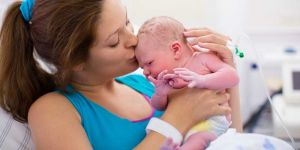 guz na głowie noworodka, przedgłowie, obrzęknięta główka noworodka, kształt główki noworodka, wygląd noworodka
