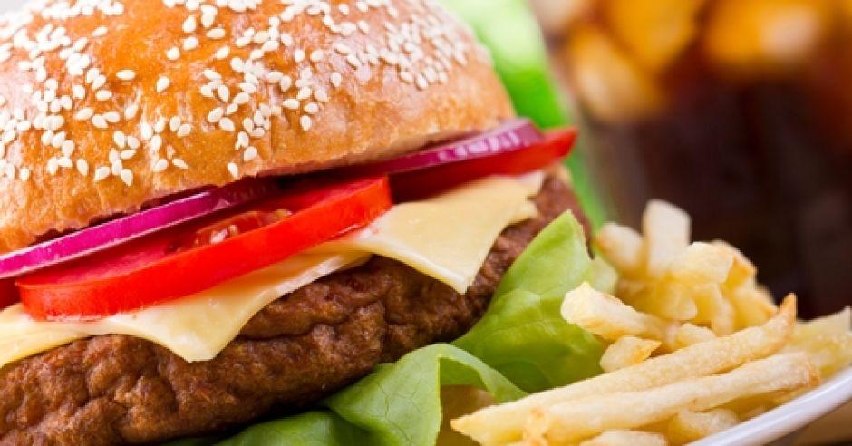 hamburger, frytki, fast food
