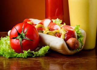 hot dog, parówka, sałata, keczup