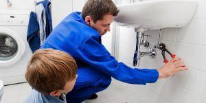hydraulik, dziecko, łazienka, naprawa hydrauliczna