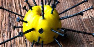 jabłka z gwoździami na poprawę żelaza w ciąży