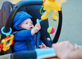 jak ubierać niemowlę na spacer wiosną