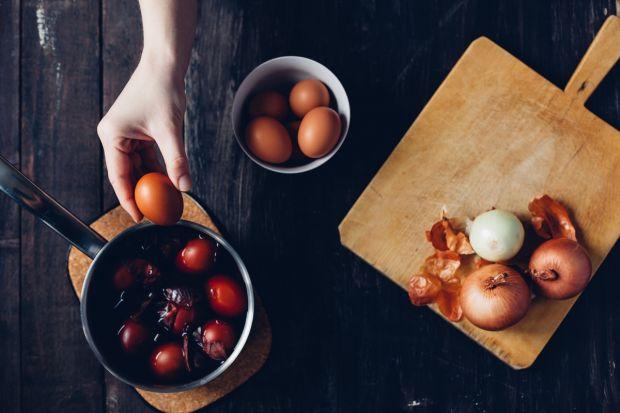 farbowanie jajek w łupinie cebuli
