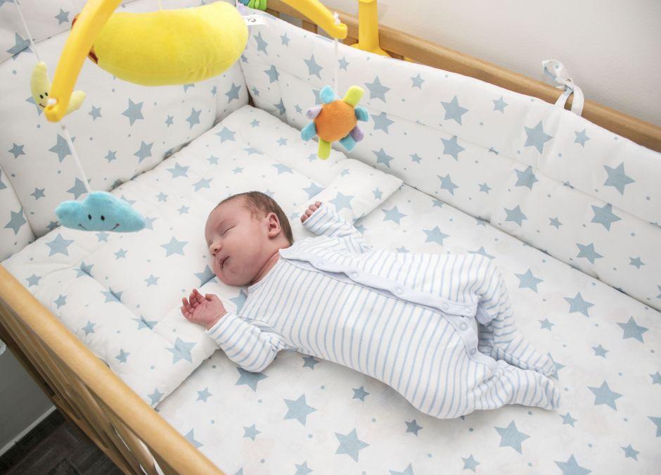 Jakie łóżeczko dla niemowlaka: z przewijakiem, baldachimem, mobilne?