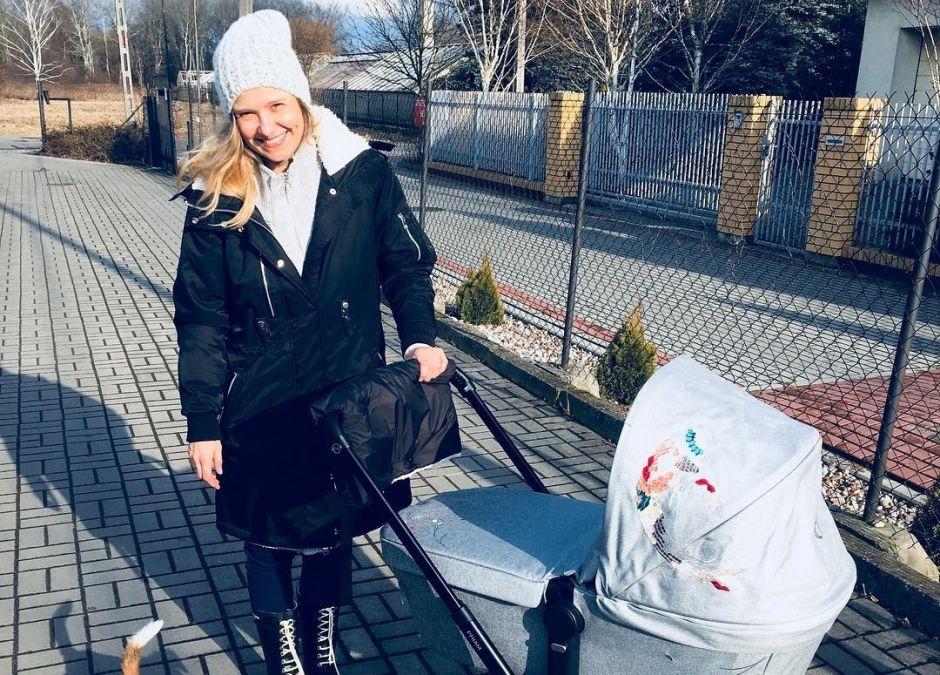 Joanna Koroniewska na spacerze z dzieckiem w wózku