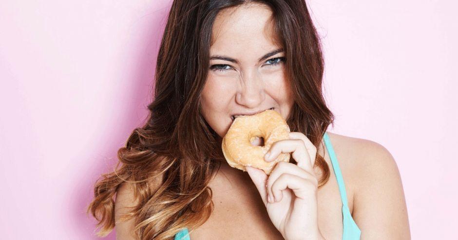 Kobieta je pączka, kalorie, pączek, tłusty czwartek