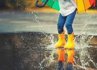 W czasie deszczu dzieci się nie nudzą. Wystarczy dobrze się przygotować!