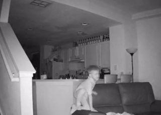 Kamera zarejestrowała, co 6-letni chłopiec robi w domu w środku nocy