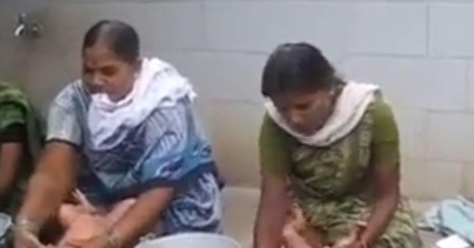 kąpiel niemowlęcia w Indiach
