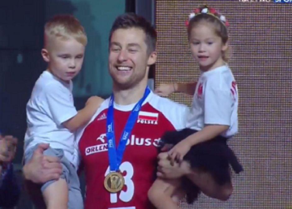 kapitan polskich siatkarzy z dziećmi odbierał złoty medal