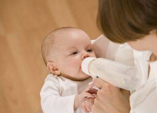 karmienie butelką, mama, niemowlę