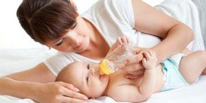 karmienie butelką, niemowlę, karmienie niemowlaka, butelka