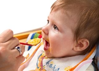 karmienie dziecka, dziecko, chłopiec, karmienie łyżeczką