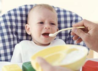 karmienie dziecka, kuchnia, kaszka, niemowlę, łyżeczka