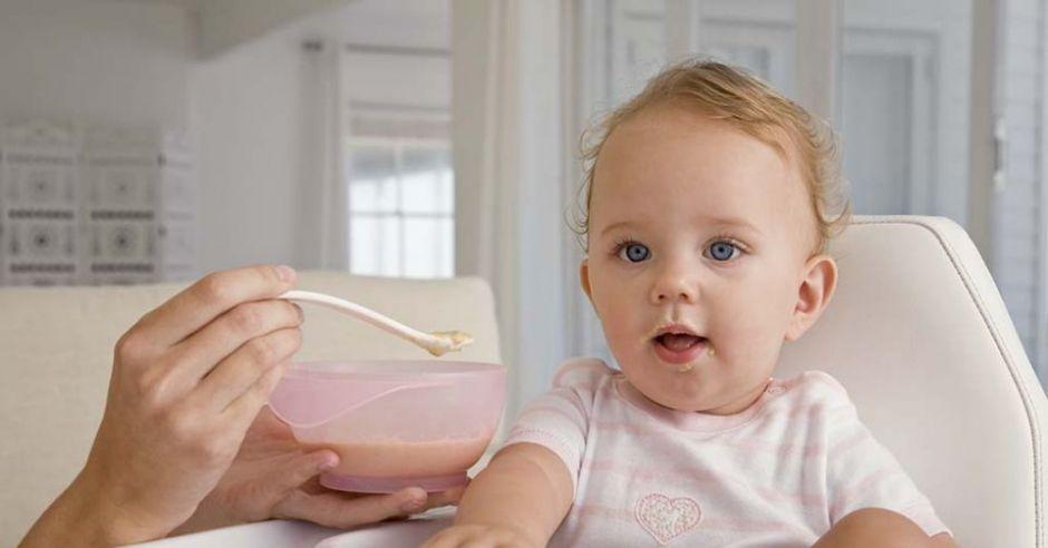 karmienie niemowlaka, miseczka, niemowlę, łyżeczka, kuchnia, fotelik