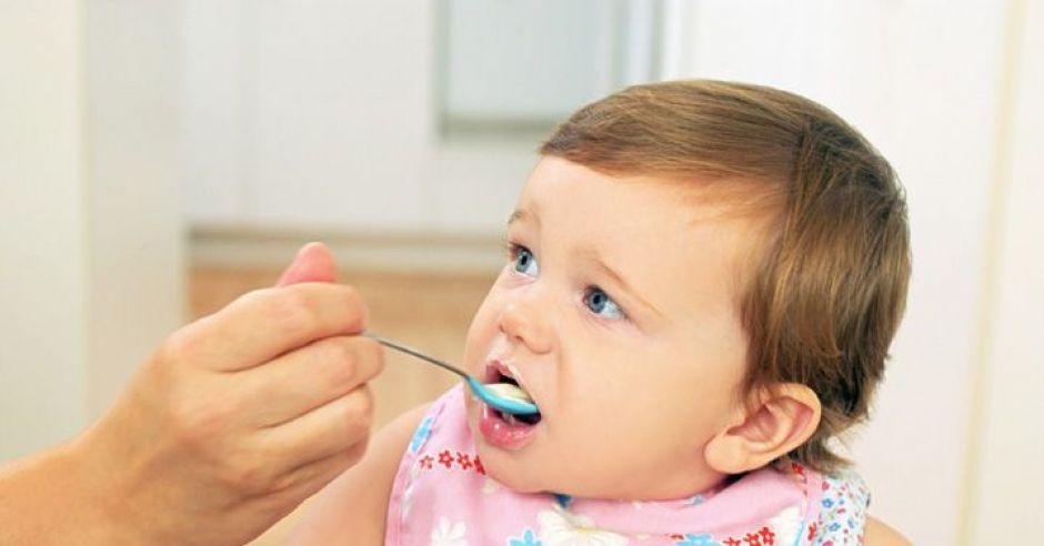 karmienie, niemowlę, kuchnia, kaszka, łyżeczka, ręka