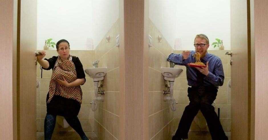 Karmienie piersią w toalecie; zdjęcie Tamar Shugert