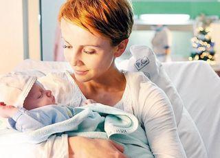 Kasia Zielińska z noworodkiem na rękach