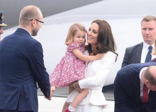 Kate_Middleton_Ksiaze_William_Ksiaze_George_Ksiezniczka_Charlotte na lotnisku w Warszawie.jpg