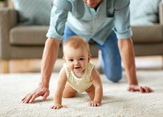 Kiedy dziecko raczkuje?
