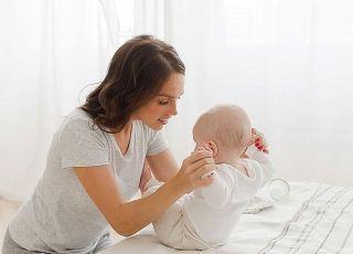 Kiedy wreszcie dziecko nauczy się siedzieć. Co mu pomaga, a co przeszkadza?