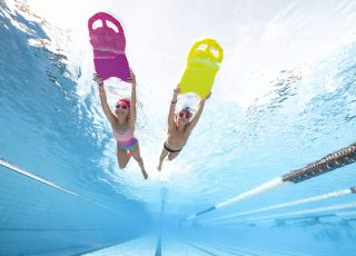 Pierwsza lekcja pływania: w co wyposażyć dziecko?