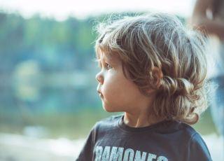 Kilkuletni chłopiec z dłuższymi włosami