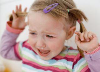 Kilkuletnia dziewczynka wpadła w szał i płacze