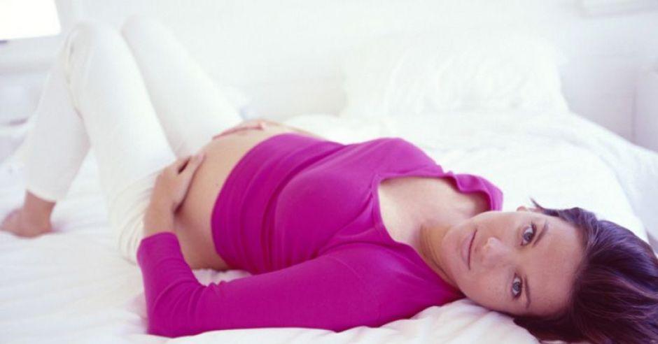 kobieta, ciąża, leżeć, łóżko