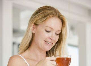 kobieta, ciąża, pić, herbata, filiżanka, brzuszek, kuchnia