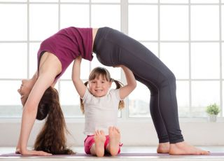kobieta ćwiczy, dziecko z ćwiczącą mamą