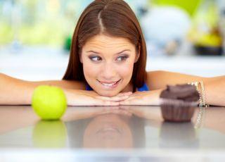 Kobieta, czekoladki, słodycze, nadwaga, otyłość, waga a ciąża, płodność