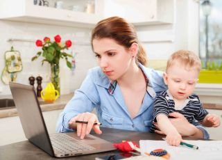 kobieta, dziecko, komputer, laptop, jak pisac Cv