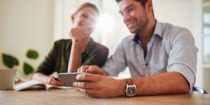 kobieta i mężczynza, para ze smartfonem