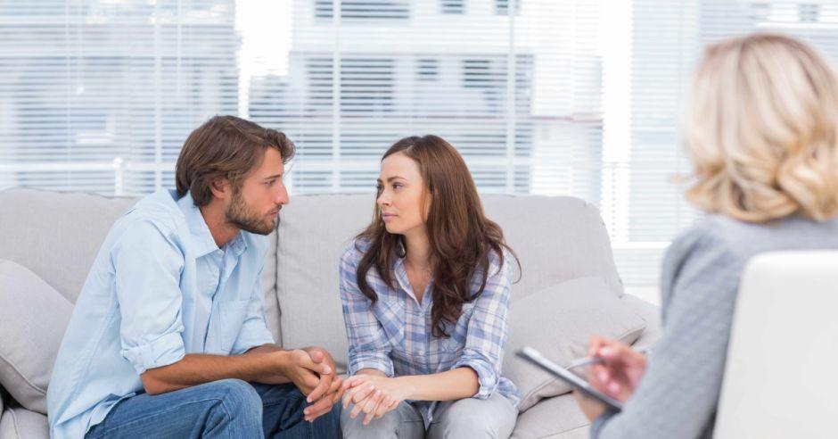 kobieta i mężczyzna u psychologa, rozmowa