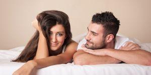 kobieta i mężczyzna w łóżku, seks, współżycie, partnerstwo, miłość