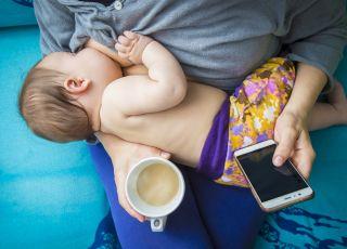 Kobieta karmiąca dziecko piersią przy kawie