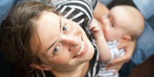 Kobieta karmiąca piersią, niemowlę