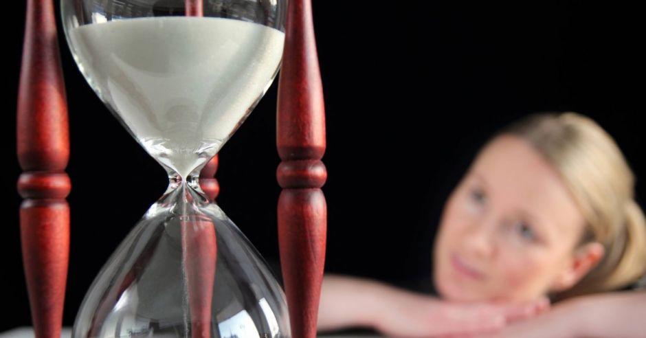 kobieta, klepsydra, czas, macierzyństwo, późne rodzicielstwo, późna ciąża